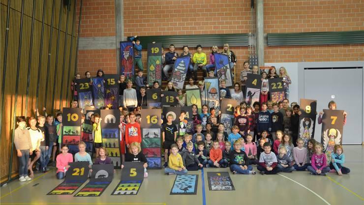Diese Schulkinder gestalten den diesjährigen Advents-Kalender.