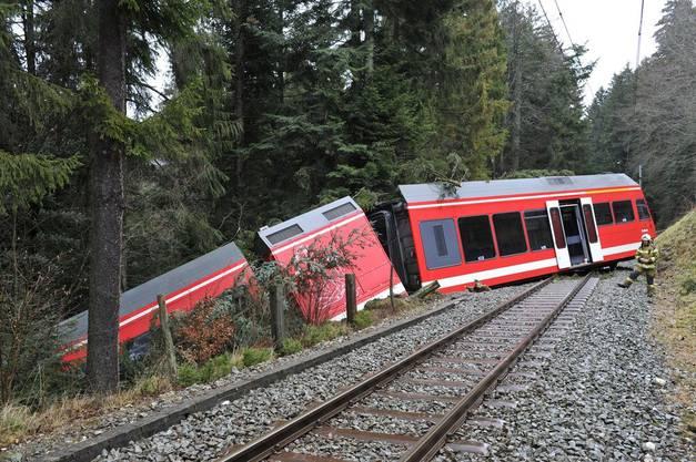 In Tramelan entgleiste ein Zug. Es gab etwa ein Dutzend Verletzte.
