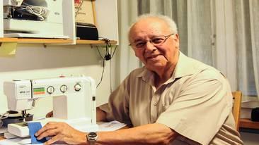 Josef Koch (79) in seinem Nähmaschinen-Zimmer. Er vertritt die Marke Elna, repariert aber auch Maschinen anderer Hersteller. Toni Widmer