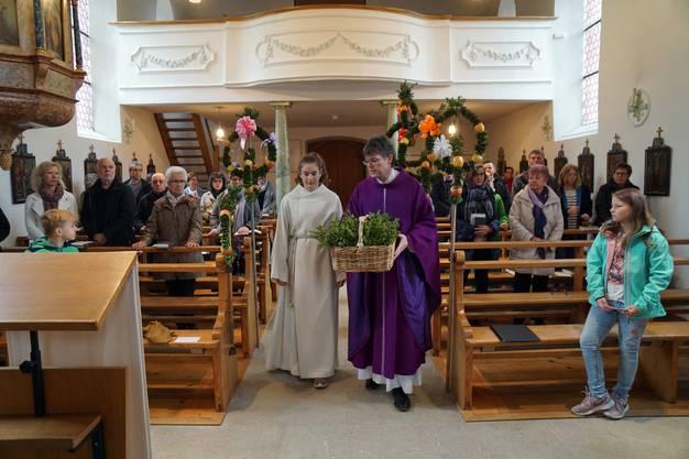 Einzug in die Kirche Pfarrer Simon Huber und Ministrantin Melina Kull