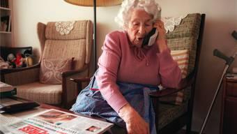 Fiese Masche: Enkeltrickbetrüger nehmen mit älteren Menschen telefonisch Kontakt auf, geben sich als Verwandte in Not aus und fordern Geld. Symbolbild: keystone