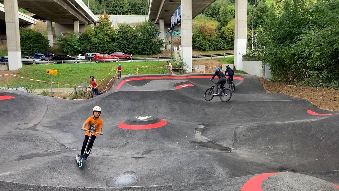 Der neue Pumptrack unter der Autobahnbrücke in Dättwil