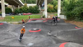 Der neue Pumptrack unter der Autobahnbrücke in Dättwil: