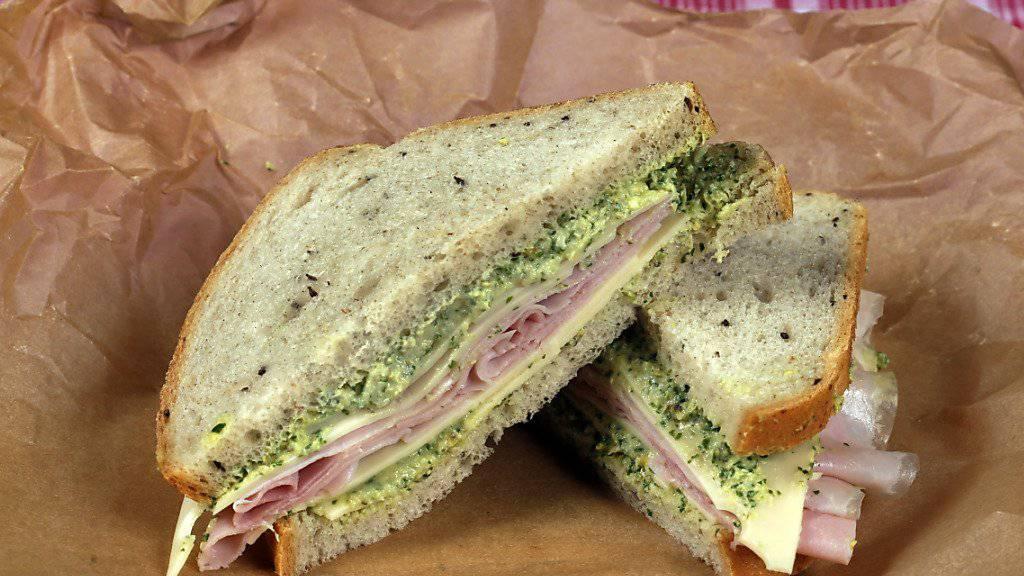 Das mal 30: 60 Scheiben Toast-Brot aufeinandergestapelt ergeben das welthöchste Sandwich. (Symbolbild)