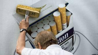 Auf Plakaten ist Tabakwerbung heute noch erlaubt - zumindest in zehn Kantonen.