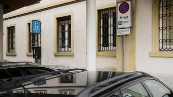 Fertig mit der Herrlichkeit: Hinter dem Gerichtsgebäude parken fortan (fast) nur noch Kantonsmitarbeiter. Roland Schmid