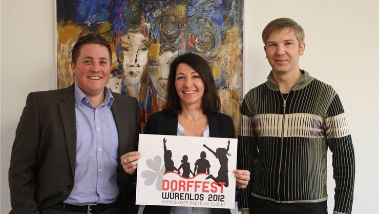 Nico Kunz, Franziska Meier und Daniel Huggler präsentieren das neue Logo des Würenloser Dorffestes.fei