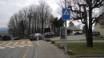 Die Schulleitung in Unterengstringen will das Parkfeld vor dem Schulhaus für den öV sperren.