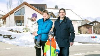 Patrick Bernegger, Kathrin Birrer mit Diego (6) und Johanna (4) vor ihrem Haus in Appenzell. Sie haben fest vor, dereinst wieder nach St. Gallen zu ziehen.