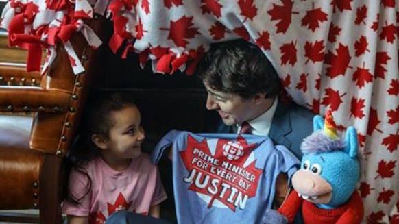 Links Bella, Premierministerin für einen Tag, in der Mitte Justin, Premierminister für jeden Tag.
