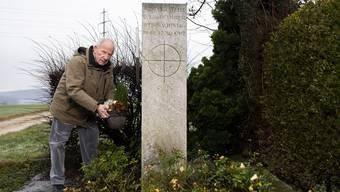 Arthur Schneider an der Absturzstelle. Die Gemeinde Würenlingen errichtete hier 1965 ein Denkmal.