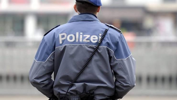 In der Nacht auf Donnerstag wurde ein Zürcher Stadtpolizist in der Nähe des GC-Fanlokals im Kreis 5 von Chaoten spitalreif geschlagen. (Symbolbild)