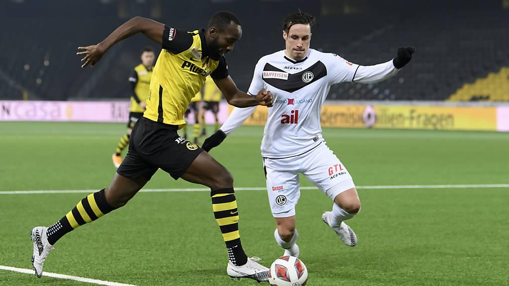 Schon Mitte Januar stehen die Fussballer, im Bild Nicolas Moumi Ngamaleu (YB) und Mickael Facchinetti (Luigano, )wieder im Einsatz