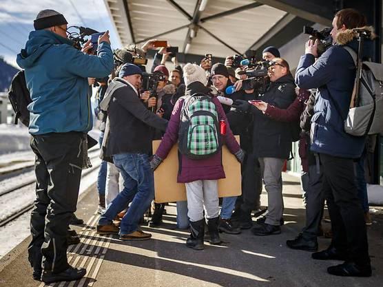 Auf die 16-jährige Schülerin Greta Thunberg warteten bei ihrer Ankunft in Davos zahlreiche Medien.