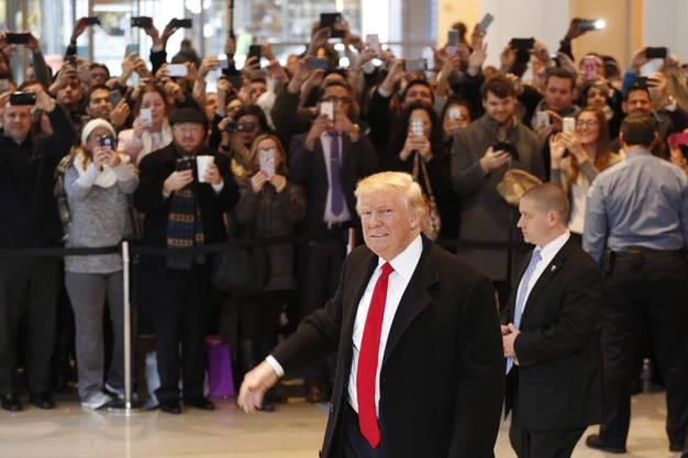 Im Gespräch mit den NYT-Journalisten gab er sich versöhnlich gegenüber Hillary Clinton und räumte ein, dass der Klimawandel auch menschengemacht sei.