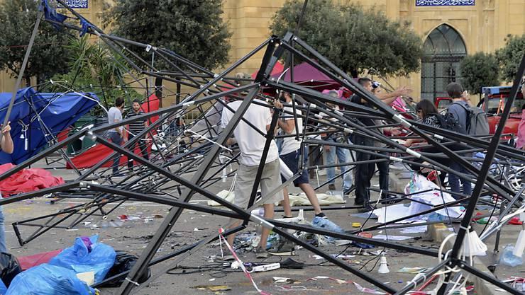 Von Hisbollah-Anhänger zerstörte Zelte in einem Protestcamp in Beirut.