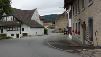Im Dorfkern mit den alten Liegenschaften links und rechts der Dorfstrasse scheint die Zeit stehen geblieben zu sein.
