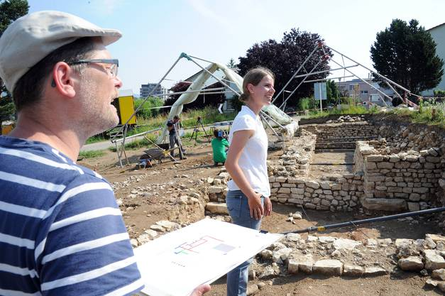 Kantonsarchäologe Pierre Harb und Grabungsleiterin Mirjam Wullschleger, Expertin für römische Archäologie