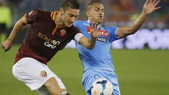 Gökhan Inler (rechts) im Duell mit der Roma-Legende Francesco Totti