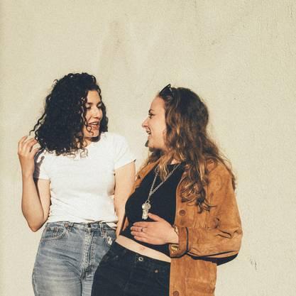 Ebenfalls am Freitag sind die zwei jungen Songschreiberinnen aus Zürich Steiner & Madlaina zu Gast.