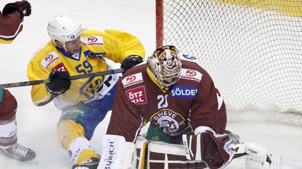 Servette-Goalie Robert Mayer stoppt Dario Simion