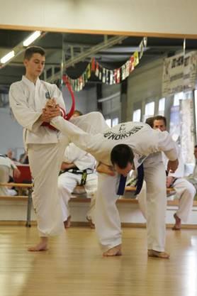 Davide Gamper (15) aus Döttingen bei seiner Prüfung zum ersten Dan.