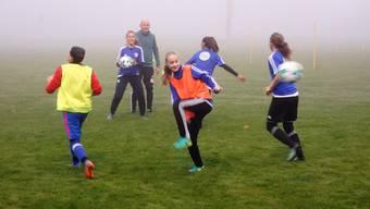Orientierung im Raum: Unter Leitung von Trainer Urs Bachmann werfen die Kickerinnen einander den Ball zu.