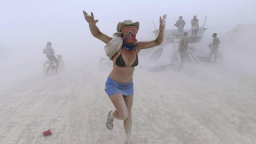 ARCHIV - Rebeccah Sheftall tanzt während eines Sandsturms beim Burning-Man-Festival 2017. Foto: Andy Barron/The Reno Gazette-Journal/AP/dpa