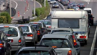 Staut es, wie hier vor dem Autobahnzoll in Chiasso, sind Autofahrer froh um die Verkehrsmeldungen im Radio.
