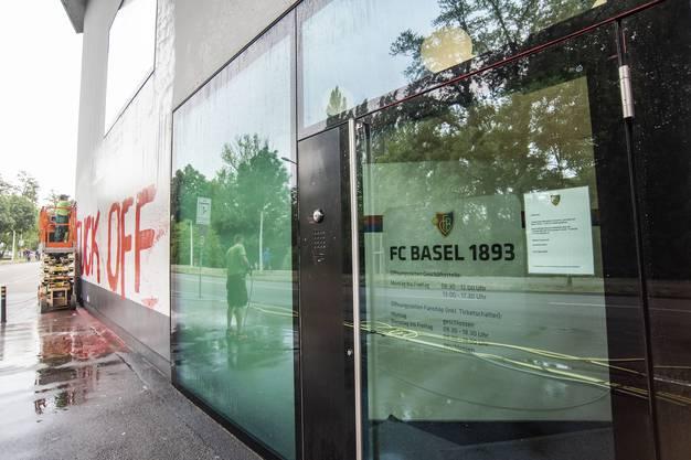 Die Schmierereien wurden an der Geschäftsstelle des FCB angebracht.