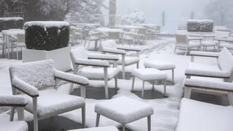 Der erste Schne ein Obbuergen (NW). In Neuenhof (AG) sieht es hingegen nicht so aus - obwohl von 30 Zentimetern Neuschnee die Rede war.