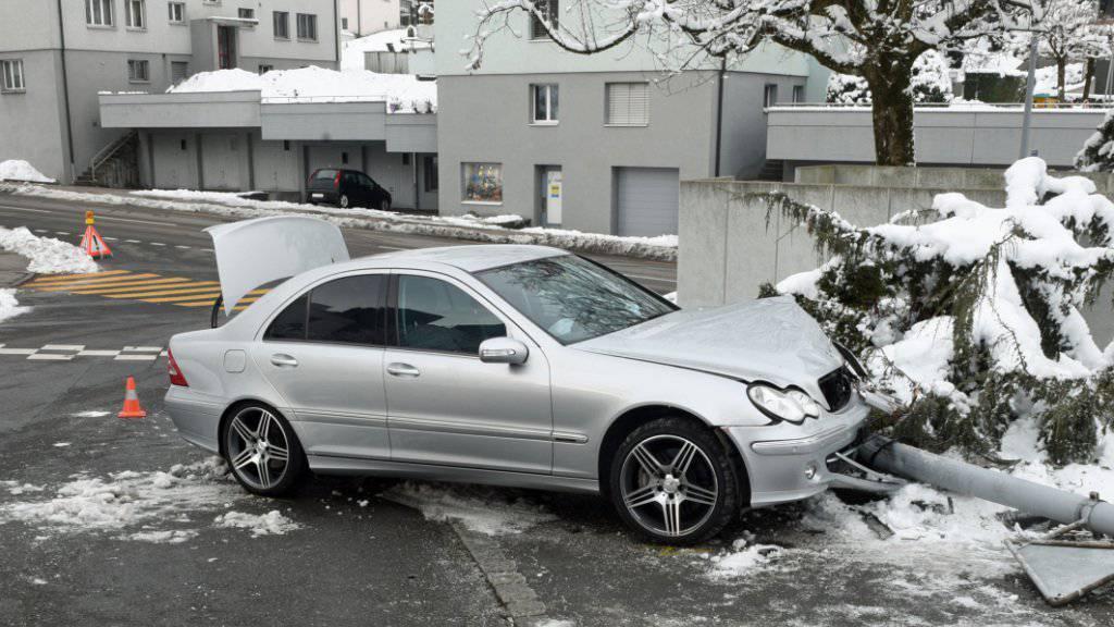 Leicht verletzt hat sich ein 14-Jähriger, der mit dem Auto seiner Eltern in Littau verunfallte.
