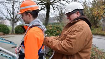 Kursleiter Markus Rüfenacht kontrolliert das Sicherheitsequipment der Lehrlinge aus dem zweiten Jahr.