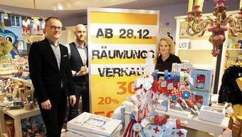 Bald ist hier Wäsche zu sehen: Ulrich Gröber (von links), Geschäftsführer des Unternehmens May, mit den Mitarbeitern Daniel Kistner (Öffentlichkeitsarbeit) und Martina Kammerer (Abteilungsleiterin Spielwaren) im Geschäft Vedes Spiel + Freizeit, das derzeit Räumungsverkauf hat.