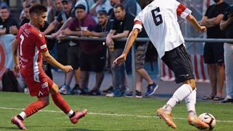 Unter den Augen der FCD-Fans versucht Miguel Serra Cruz (links) dem Winterthurer Silvan Kriz den Ball abzujagen.