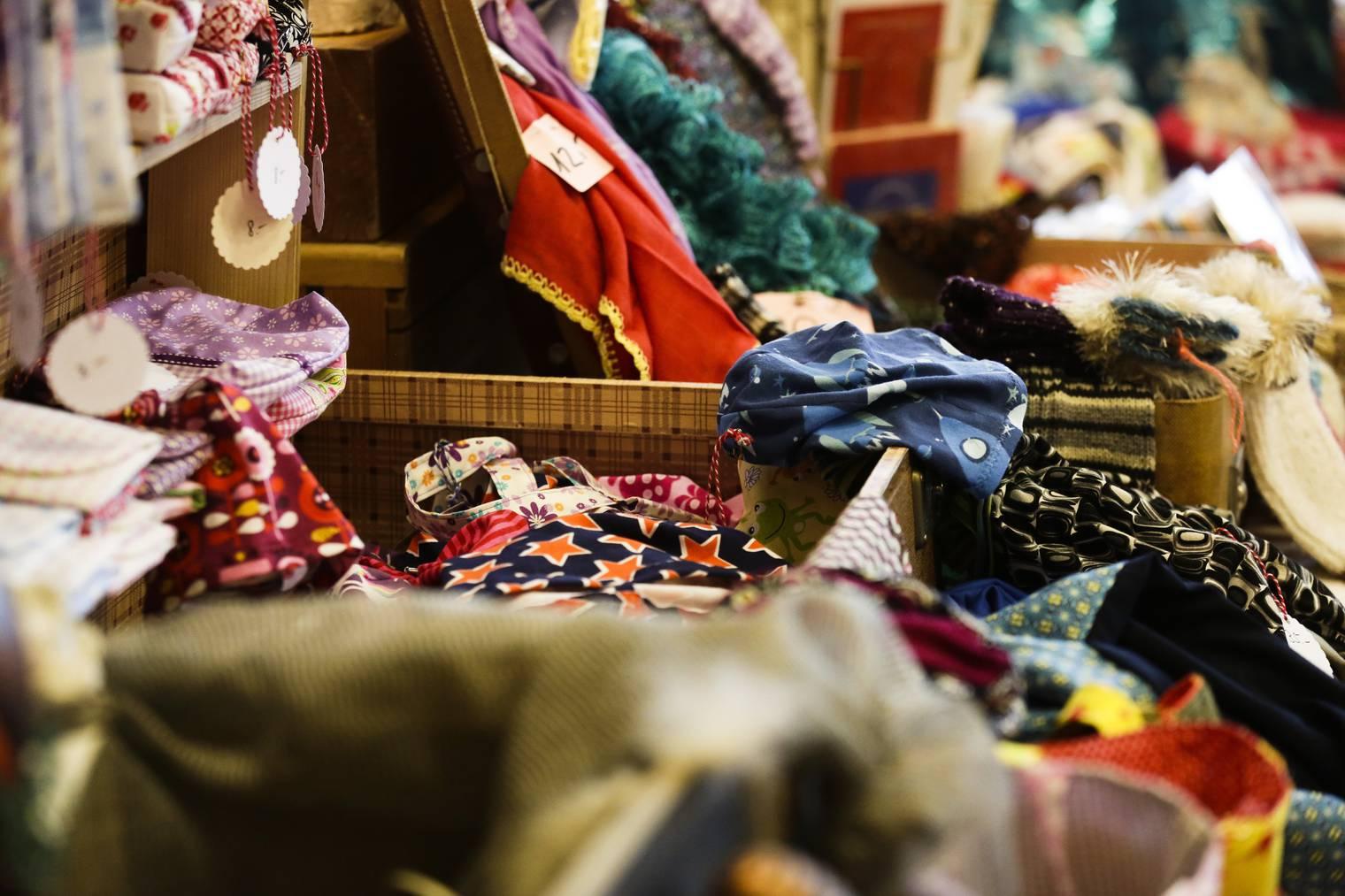 In Appenzell präsentieren Kreative ihre Ware in Koffern. (Bild: Thurgauer Zeitung/Nana do Carmo)