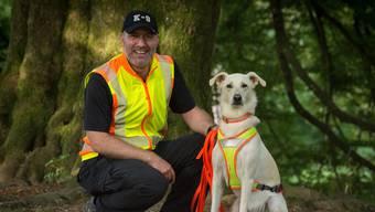 Marc Lauber und sein weisser Schäferhund-Mischling trainieren regelmässig in der Schweiz die Suche nach vermissten Personen. CLASA ART