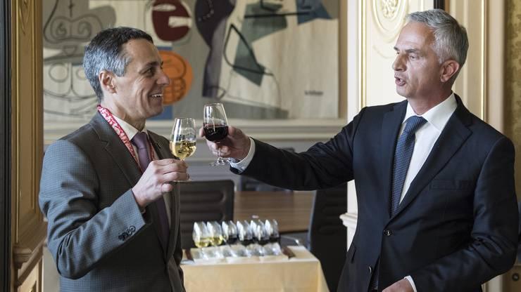Der Alte und der Neue: Nach der Schlüsselübergabe stösst der scheidende Aussenminister Didier Burkhalter mit dem neuen Bundesrat Ignazio Cassis an.