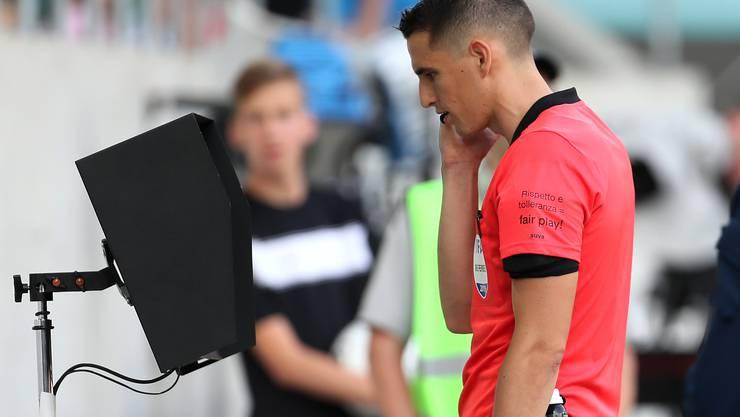 Lionel Tschudi musste in St. Gallen gleich zweimal zum VAR-Bildschirm.