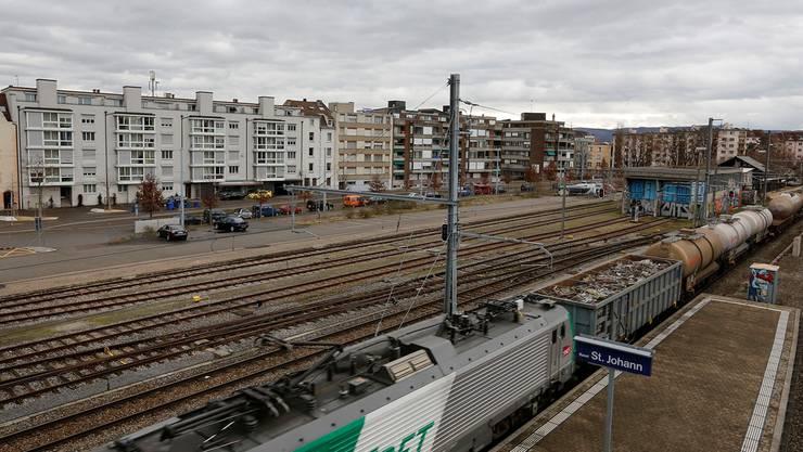 Heute noch ein Parkplatz: Der neue Standort für das Staatsarchiv und das Naturhistorische Museum Basel beim Bahnhof St. Johann. Die Gebäude sollen zwischen den Gleisen und der Entenweidstrasse zu stehen kommen. Kenneth Nars