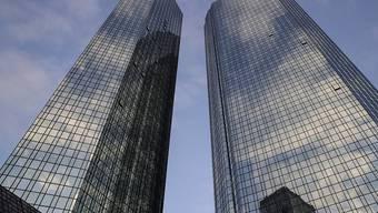 Die deutschen Banken dürften in nächster Zeit den Abbau von Filialen beschleunigen. Auslöser dafür ist unter anderem die Coronakrise. Im Bild die Zwillingstower der Deutschen Bank in Frankfurt. (Archivbild)