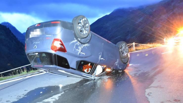 Das Auto überschlug sich, nachdem es sich in den Leitseilen verfangen hatte.