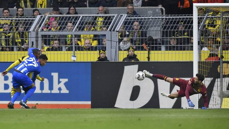 Wahnsinnstat von Roman Bürki (rechts): Im Spiel gegen Berlins Davie Selke pariert er einen Abschluss mirakulös mit einer Fussabwehr.