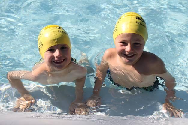Unter den Schwimmbegeisterten sind auch die beiden Jungs Fabian und Gabriel anzutreffen. Gabriel hat bereits ein Abzeichen bei einem Kurs erworben und geht bereits auf das nächste zu. Das Schwierigste sei das richtige Atmen während dem Schwimmen, meinen die beiden. Das Tauchen und Hineinspringen ins tiefe Wasser war hingegen ihr Höhepunkt.