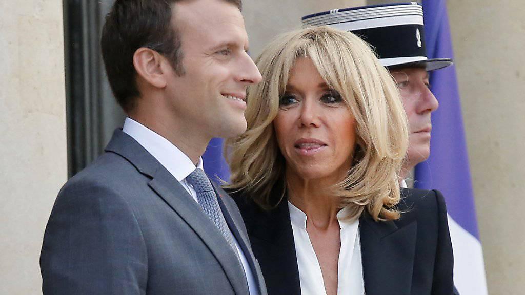 Zeitungsbericht: Der französische Präsident Emmanuel Macron und seine Ehefrau machen Ferien in Frankreich und seien jederzeit einsatzbereit. (Archivbild)