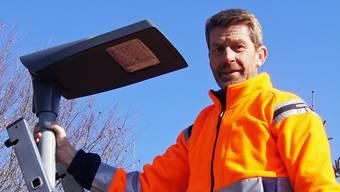 Andreas Kummer vom Werkhof kontrolliert einen neu montierten LED Leuchtkopf.