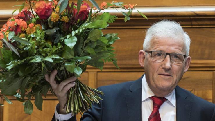 Hans Stöckli freut sich über seine Wahl zum Ständeratspräsidenten am ersten Tag der 51. Legislatur der Eidgenössischen Räte am Montag im Ständerat in Bern.