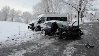 Pfäffikon: Auto kollidiert mit Schulbus.