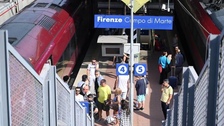 Wartende Passagiere auf dem Bahnhof Florenz Campo di Mare nach einem Feuer in einem Schaltkasten zur Regelung der Hochgeschwindigkeitszüge.
