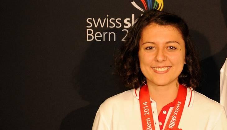 Auf dem ausgezeichneten zweiten Rang schloss Jasmin Bandini aus Olten die Berufsmeisterschaft ab. Die 23-Jährige steckt im dritten und letzten Lehrjahr als Detailhandelsfachfrau. Die Lehre absolviert sie in der Niederlassung Unterentfelden der Boesner GmbH, einem Künstlerfachmarkt. Sie war gestern Montag telefonisch nicht erreichbar, weil sie bereits am Morgen für einen Sprachaufenthalt nach Schottland reiste. Sie muss optimistisch an die Aufgabe an den Swiss-Skills in Bern herangegangen sein. Denn ihr Motto in dem im Vorfeld der Berufsmeisterschaften aufgeschalteten Online-Steckbrief lautet: «Das Leben ist immer genau so, wie man es sieht.»
